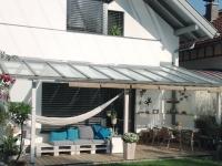 In Vollwärmeschutz integrierte Rollläden und Terrassen-Verlegung