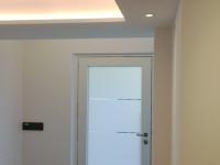 Neuer Eingangsbereich mit abgehängter Decke und indirekter Beleuchtung