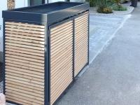 Verkleidung der Mülltonnen und des Elektro-Verteilers